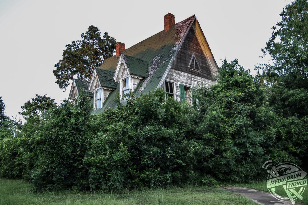 Eerie mississippi peek inside the abandoned home of a for Hom e